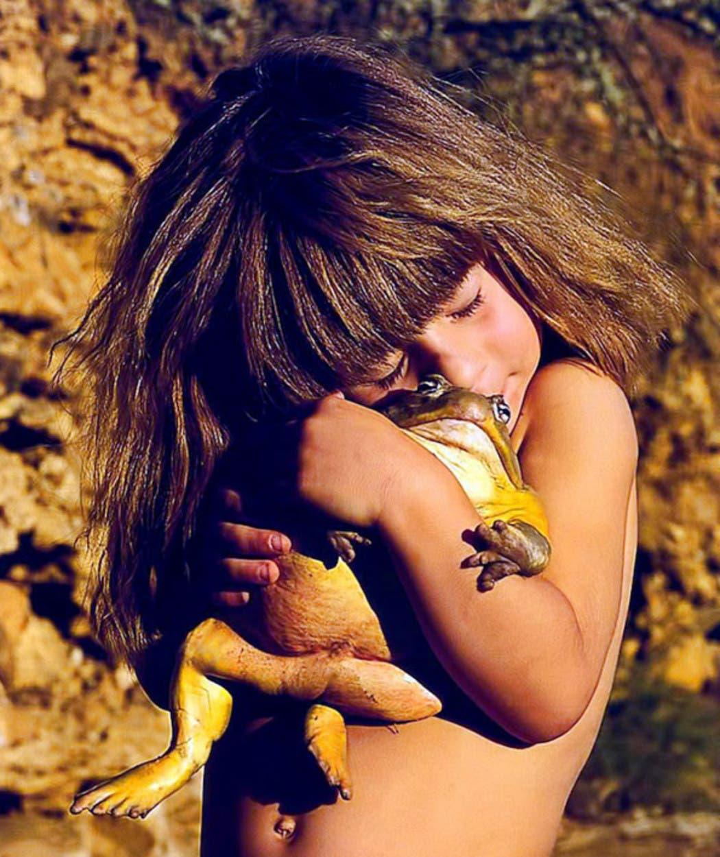 frog-hugging-little-girl-tippi-africa-pic-photo