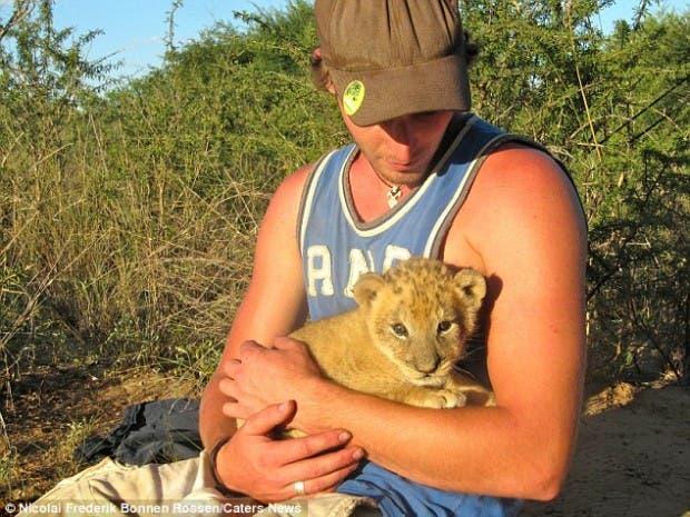 lion-hugs8