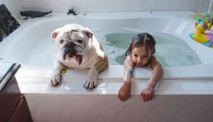 perra-nina-bano-juntos