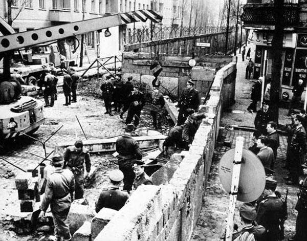 18-Construction-of-the-Berlin-wall-1961