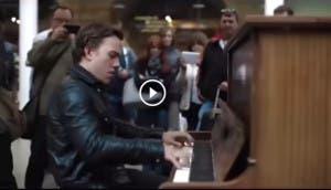 chico toca piano