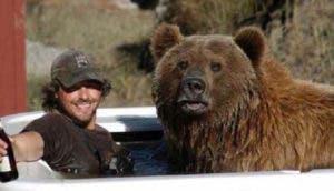 hombre-cria-oso-en-familia