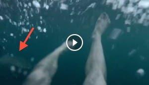 hombre-huye-tiburon play