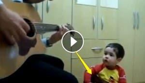 nino-aprende-a-tocar-guitarra-con-su-papa