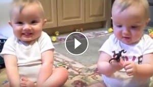 gemelos-estornudando