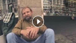 musicos-acompanan-a-hombre-sin-hogar