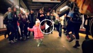 Niña-bailando-metro-2
