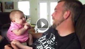 bebe-hablando-con-su-papa-