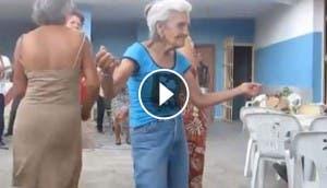 viejita-bailando-con-mucho-ritmo