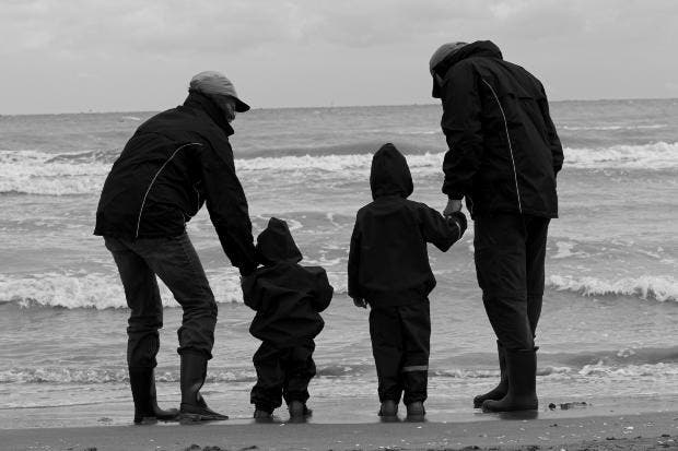 familia paseo playa