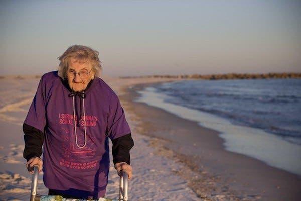 mujer de 100 años ve el par por primera vez (2)