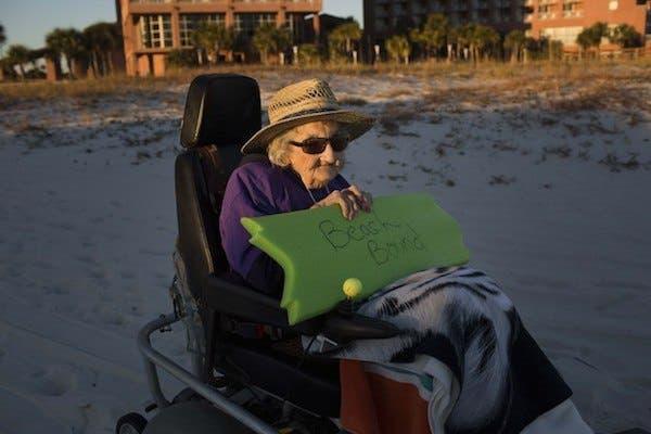 mujer de 100 años ve el par por primera vez (3)