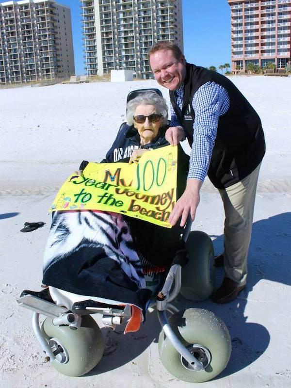 mujer de 100 años ve el par por primera vez (5)
