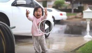 nina-siente-por-primera-vez-la-lluvia2