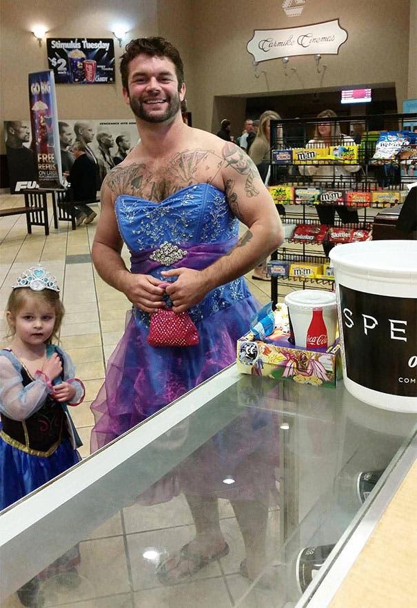 niña y tio se visten de cenicienta (1)