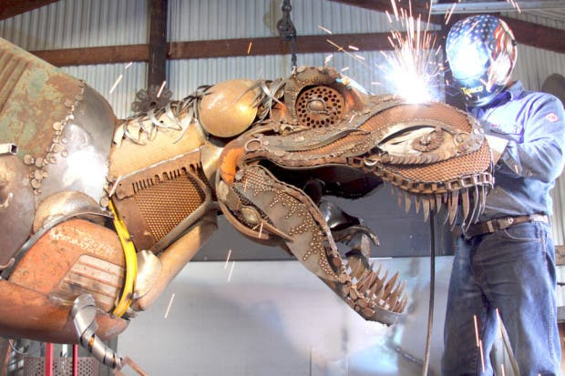 Esculturas de metal dino