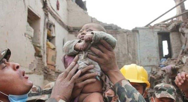bebe-rescatado-nepal4