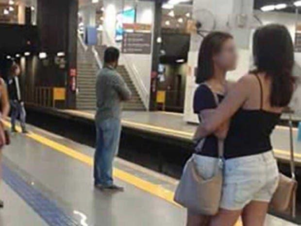 chicas-abrazo-linea-amarilla-foto-viral-brazil-acercamiento
