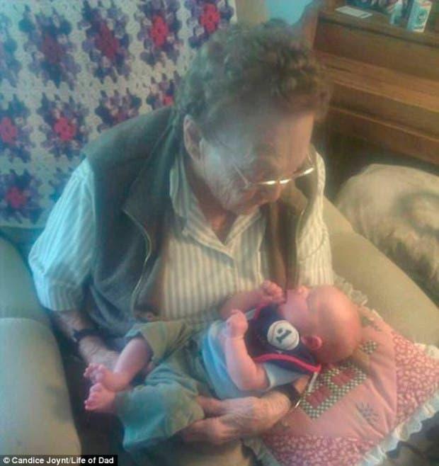 foto-tatarabuela-sostiene-nieto-101-años