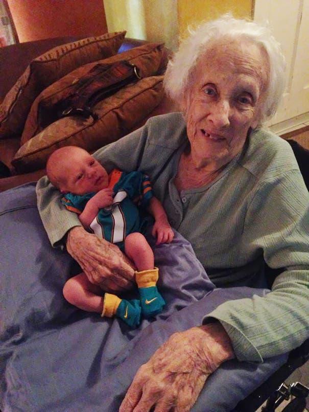 foto-tatarabuela-sostiene-nieto-96-años