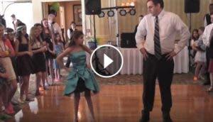 padre-hace-coreografia-graciosa-con-su-hija