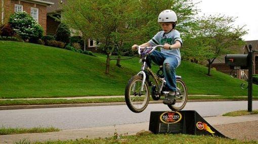 Niño-peligro-bicicleta