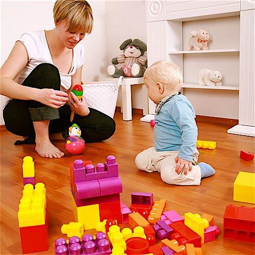 Niño_jugando_con_mama