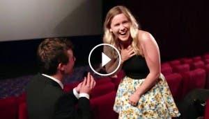 pedida-matrimonio-cine-repleto-chico-australiano