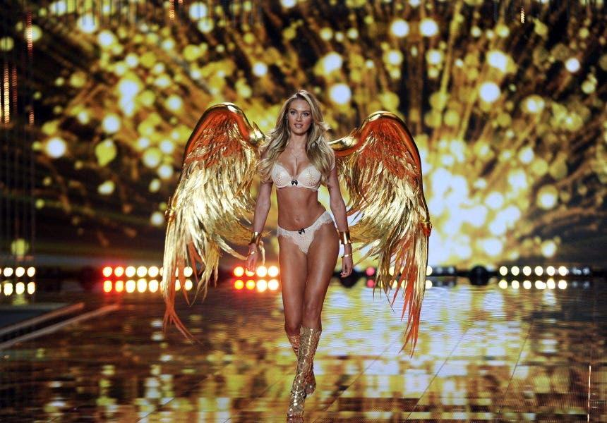 FA01 LONDRES (REINO UNIDO), 02/12/2014.- La sudafricana Candice Swanepoel presenta los diseños de la marca Victoria's Secret durante el desfile celebrado el Fashion Show del centro Earls Court de Londres, Reino Unido hoy 2 de diciembre de 2014. EFE/Facundo Arrizabalaga ***ATENCIÓN EDITORES: FOTOGRAFÍA EMBARGADA HASTA LAS 22.00 GMT DE HOY***