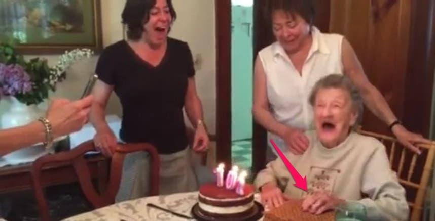 Esta adorable abuelita cumple 102 años ¡Prepárate para ver qué pasó cuando sopló las velas!