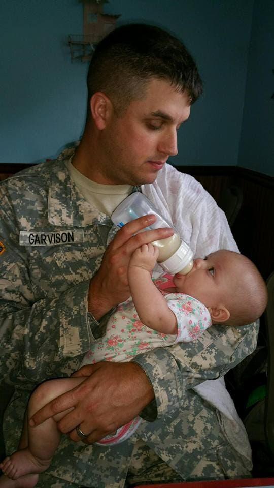 Una madre no lograba calmar a su bebé en el avión, pero un pequeño acto de bondad lo cambió todo