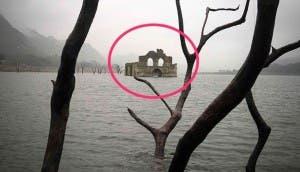 iglesia-emerge-agua