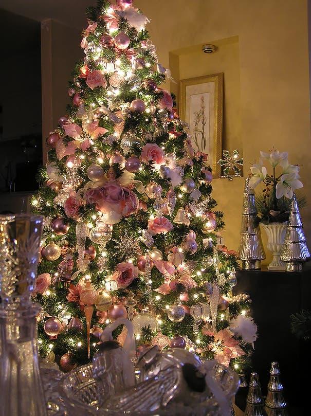 Hay gente decorando el árbol de Navidad con flores ¡Los resultados son fantásticos!