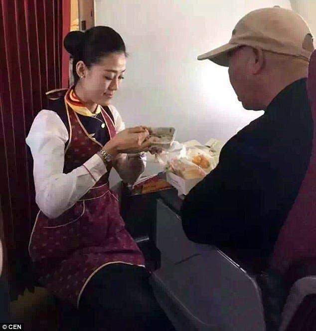 azafata-se-arrodilla-para-alimentar-a-pasajero-anciano1