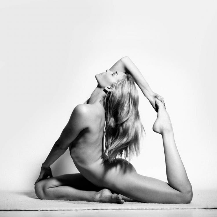 Una amante del yoga posa desnuda sin romper la política de no desnudos en Instagram ¡Puro arte!