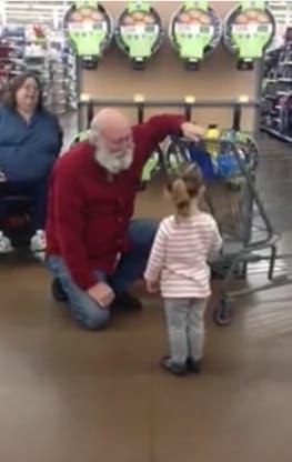 Una adorable niña lo confundió con Santa y lo que él hizo fue genial ¡Tienes que verlo!