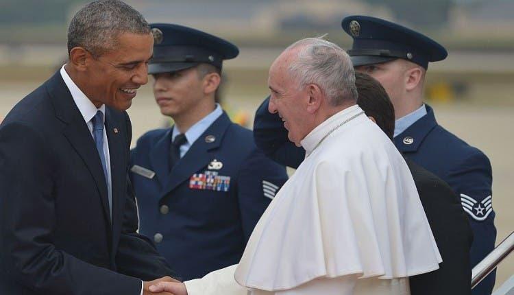 US President Barack Obama (L) greets Pope Francis (R) upon his arrival September 22, 2015 at Andrews Air Force Base in Maryland. AFP PHOTO/MANDEL NGAN