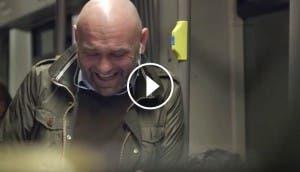 hombre-rie-tren