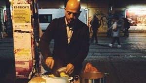sirio-refugiado-sirve-comida-a-gente-sin-hogar