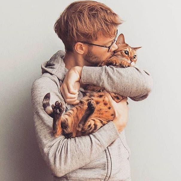 chicos lindos con gatitos 12