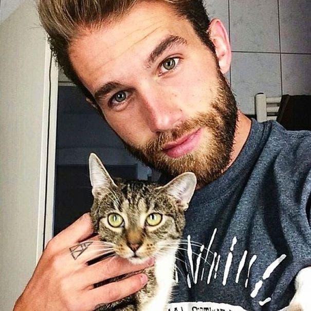 chicos lindos con gatitos 15