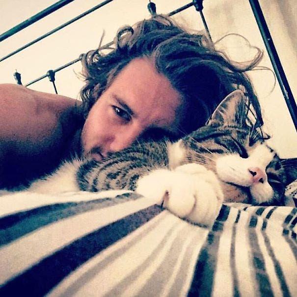 chicos lindos con gatitos 3