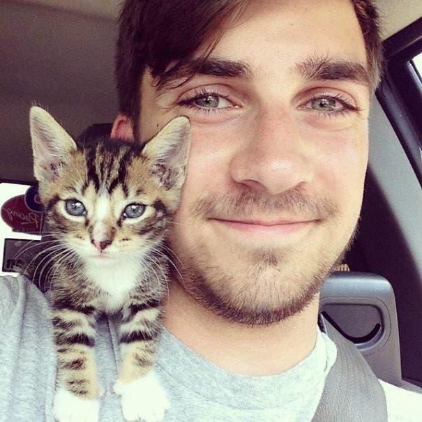 chicos lindos con gatitos 4