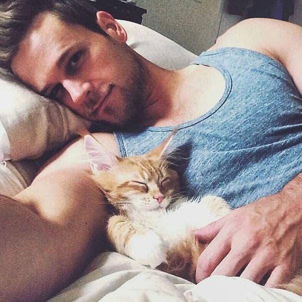 chicos lindos con gatitos 7