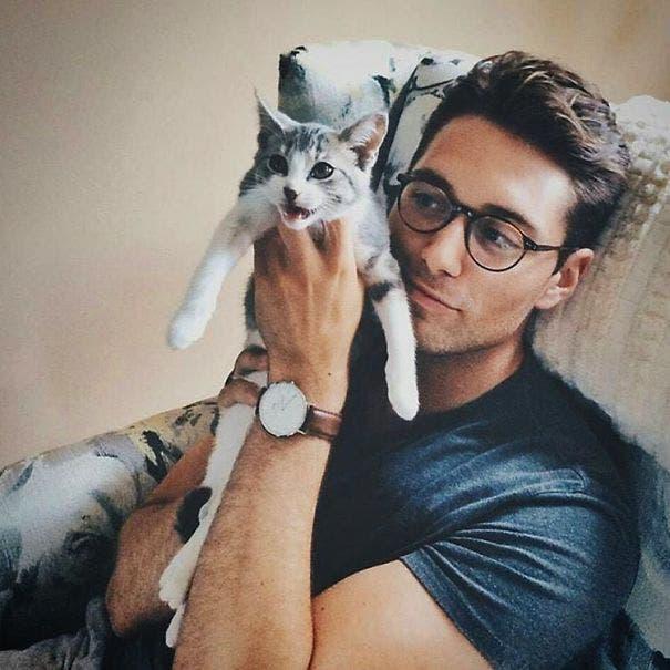 chicos lindos con gatitos 9
