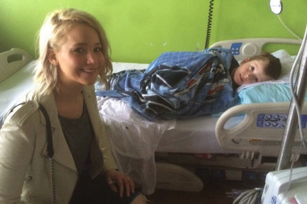 jennifer-lawrence-visita-ninos-en-el-hospital6