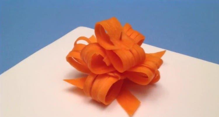 ¿Quieres aprender a hacer un lazo de regalo con una zanahoria? Es muy fácil y sabroso