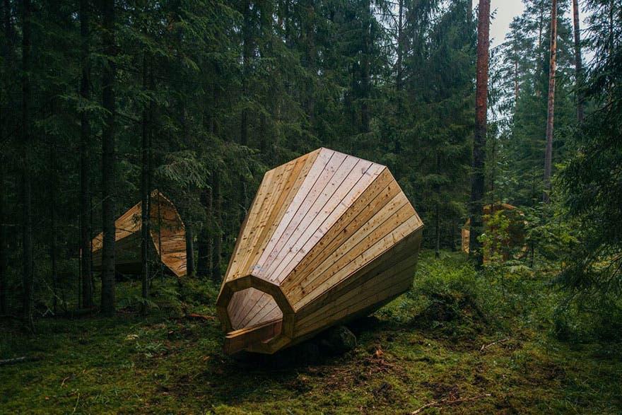 megafonos-gigantes-en-bosque-en-estonia