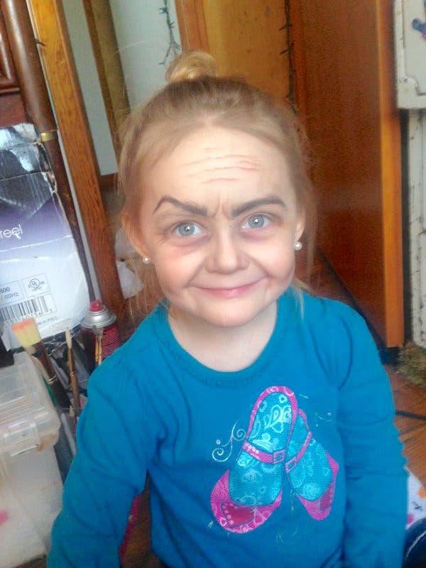 tia-maquillo-a-su-sobrina-de-tres-anos-como-una-anciana4