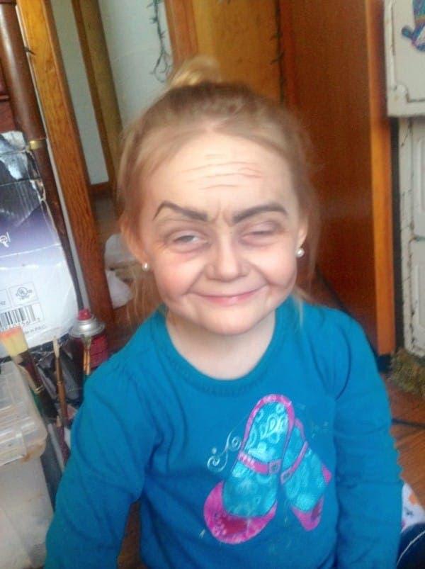 tia-maquillo-a-su-sobrina-de-tres-anos-como-una-anciana7